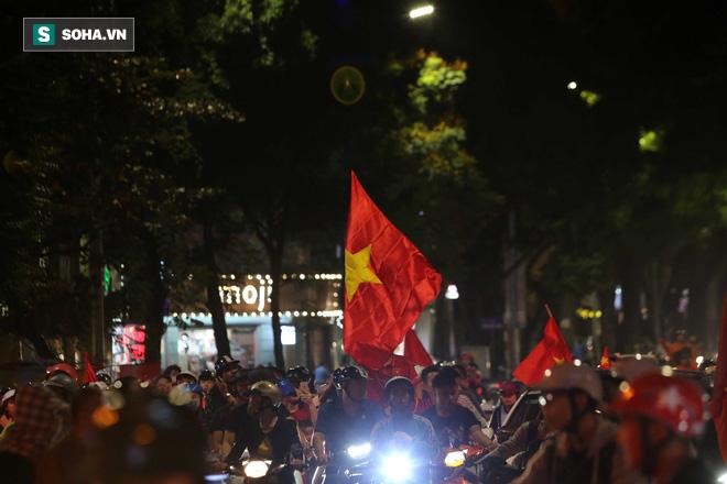 """CĐV Việt Nam lại """"đi bão"""" sau màn đả bại Philippines của thầy trò HLV Park Hang-seo - Ảnh 6."""