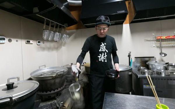 Chuyện đi lên từ số âm của một trùm xã hội đen Nhật Bản hoàn lương trở thành ông chủ quán mì udon - Ảnh 1.