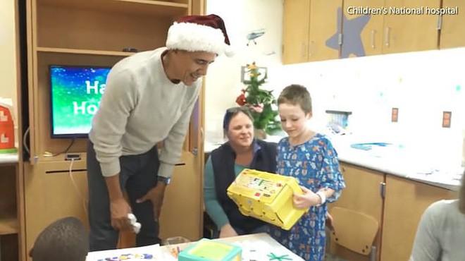 Cựu Tổng thống Obama hoá trang thành ông già Noel đến bệnh viện tặng quà cho các em nhỏ - Ảnh 2.