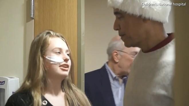 Cựu Tổng thống Obama hoá trang thành ông già Noel đến bệnh viện tặng quà cho các em nhỏ - Ảnh 3.
