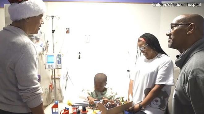 Cựu Tổng thống Obama hoá trang thành ông già Noel đến bệnh viện tặng quà cho các em nhỏ - Ảnh 4.