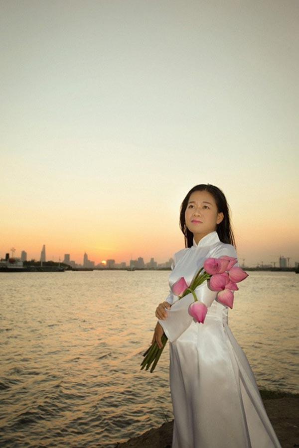 Nữ ca sĩ có hoàn cảnh đặc biệt, được Hoài Linh nhận làm con nuôi giờ ra sao? - Ảnh 1.