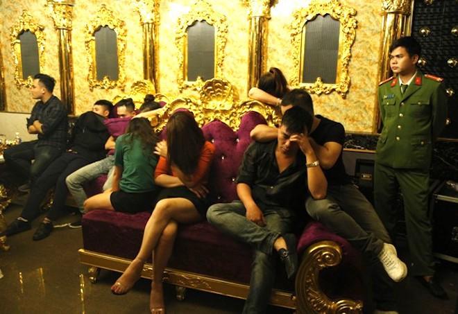 Bắt 13 cán bộ, viên chức phê ma tuý, bay lắc trong quán karaoke  - Ảnh 3.