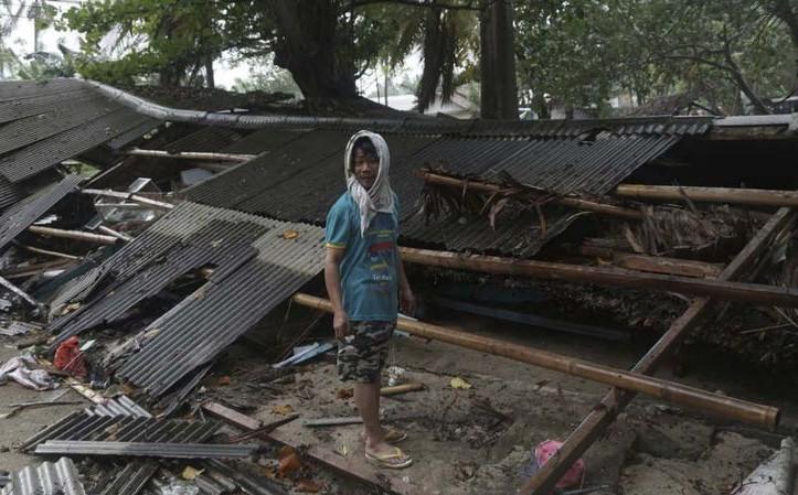 Hình ảnh bãi biển Indonesia tan hoang sau thảm họa, nhân chứng kể lại nỗi sợ trong đêm