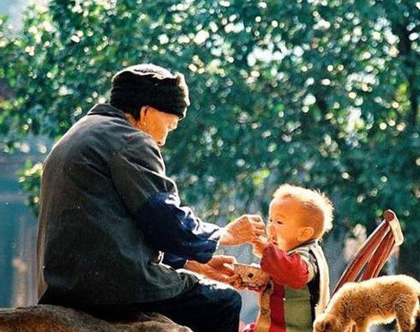 4 hành động yêu thương thường ngày của ông bà tưởng tốt nhưng lại có khả năng gây nguy hại cho trẻ mà nhiều bố mẹ không để ý - Ảnh 1.