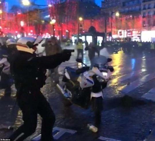Pháp: Biểu tình áo ghi-lê vàng tiếp tục bùng cháy, số người chết tăng - Ảnh 4.