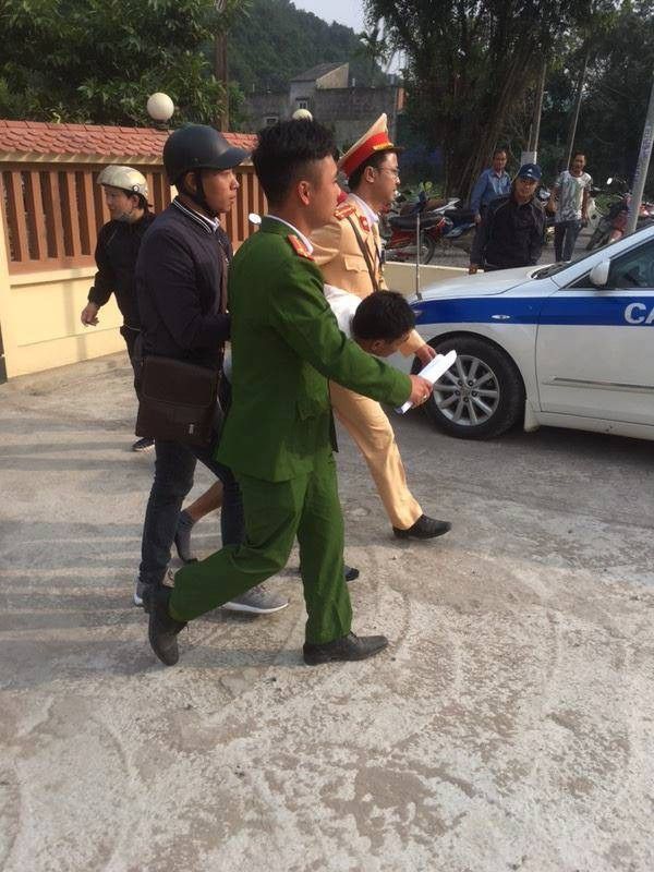 Hà Nội: CSGT khống chế tên cướp đang dùng dao uy hiếp cướp dây chuyền của nữ giáo viên - Ảnh 2.