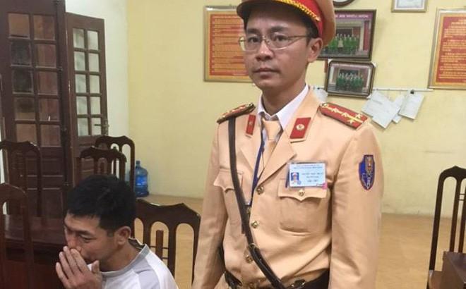 Hà Nội: CSGT khống chế tên cướp đang dùng dao uy hiếp cướp dây chuyền của nữ giáo viên - Ảnh 1.