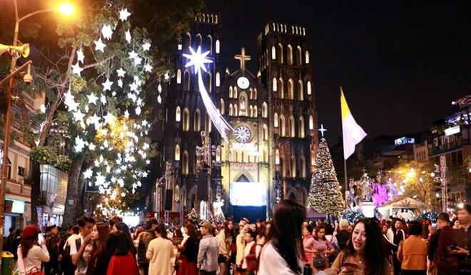 Người dân xuống đường đón Giáng sinh - Ảnh 1.