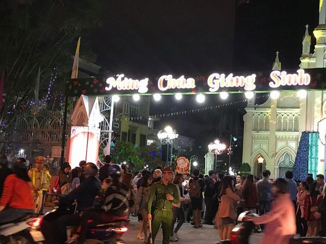 Người dân xuống đường đón Giáng sinh - Ảnh 25.