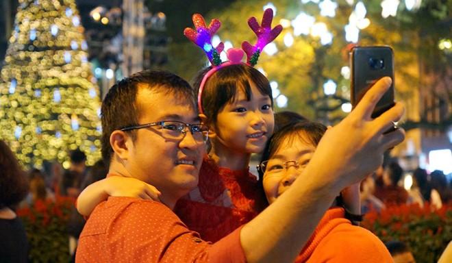 Người dân xuống đường đón Giáng sinh - Ảnh 3.