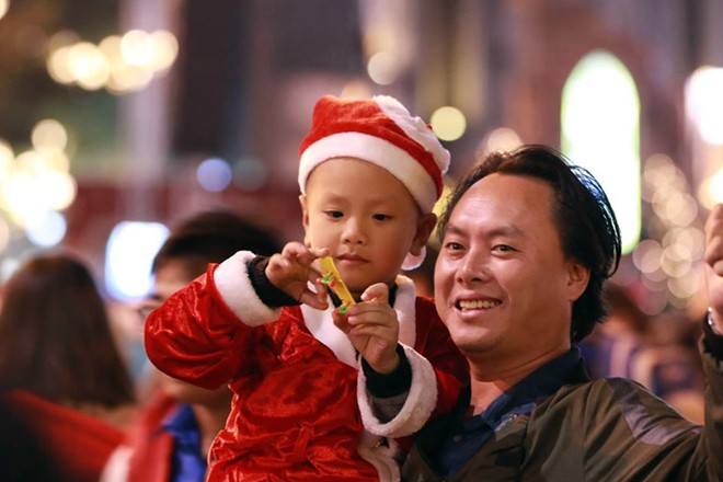 Người dân xuống đường đón Giáng sinh - Ảnh 5.