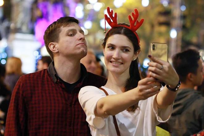 Người dân xuống đường đón Giáng sinh - Ảnh 6.
