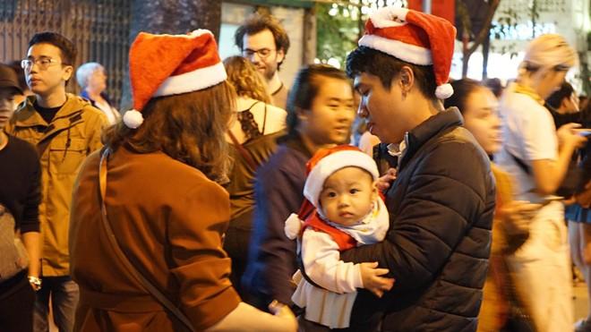 Người dân xuống đường đón Giáng sinh - Ảnh 10.