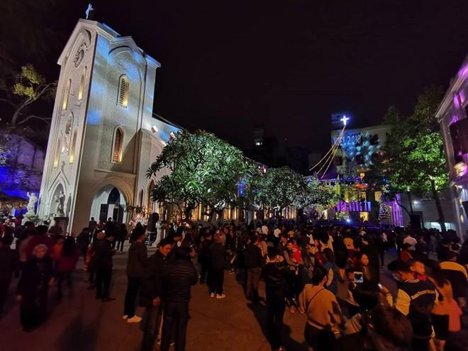 Người dân xuống đường đón Giáng sinh - Ảnh 13.
