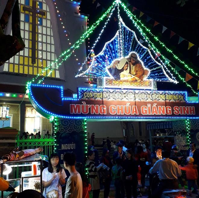 Người dân xuống đường đón Giáng sinh - Ảnh 16.