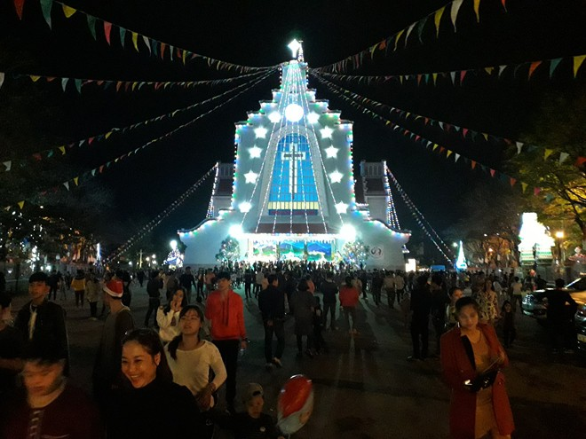 Người dân xuống đường đón Giáng sinh - Ảnh 15.