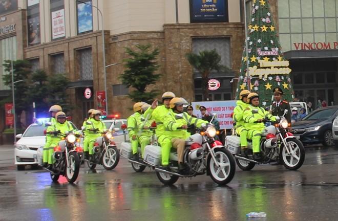 Người dân xuống đường đón Giáng sinh - Ảnh 17.