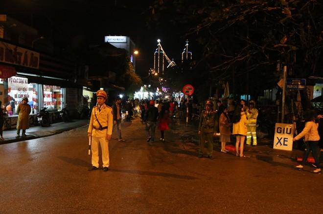 Người dân xuống đường đón Giáng sinh - Ảnh 19.