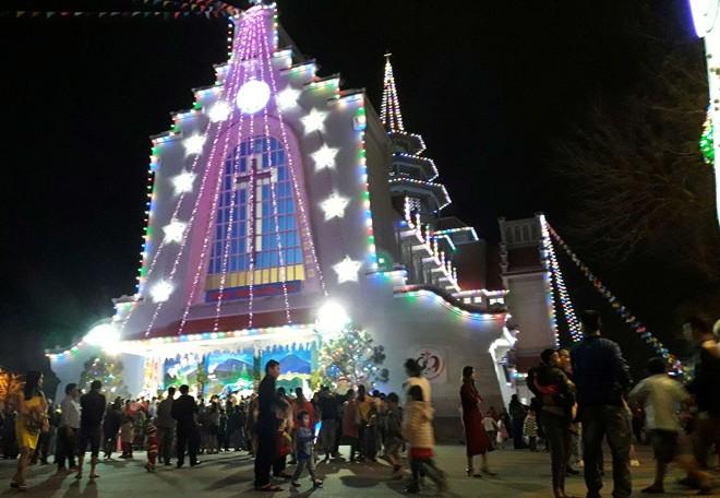 Người dân xuống đường đón Giáng sinh - Ảnh 22.