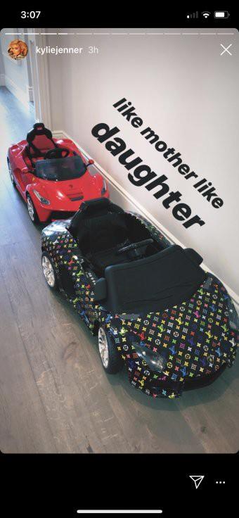 Loạt sao Âu Mỹ trang trí lộng lẫy đón Giáng Sinh 2018, riêng Kylie Jenner chơi lớn khi mua xe hơi mini tặng con gái nhỏ - Ảnh 8.