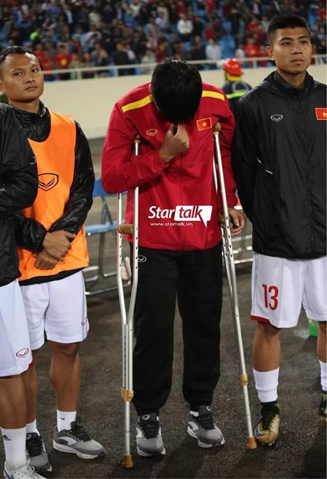 Lục Xuân Hưng chống nạng đến Mỹ Đình, cúi đầu bật khóc khi hát quốc ca khiến nhiều người rơi nước mắt - Ảnh 3.