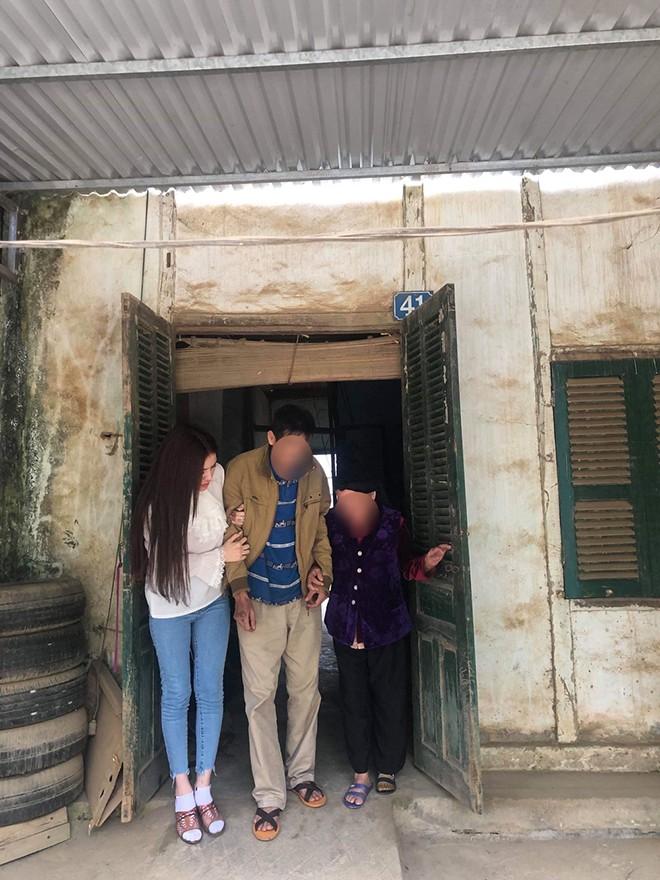 Xôn xao hình ảnh chụp Thư Dung dìu bố ở quê - Ảnh 1.