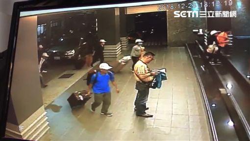 Hình ảnh đầu tiên được cho là nhóm khách Việt nghi bỏ trốn ở Đài Loan: Vào khách sạn chưa đầy 1 tiếng đã xách vali ra - Ảnh 6.