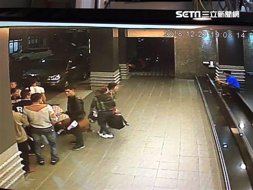 Hình ảnh đầu tiên được cho là nhóm khách Việt nghi bỏ trốn ở Đài Loan: Vào khách sạn chưa đầy 1 tiếng đã xách vali ra - Ảnh 7.