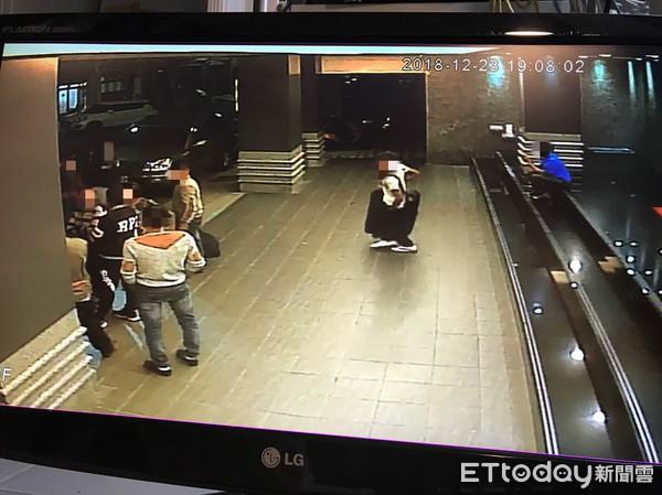 Hình ảnh đầu tiên được cho là nhóm khách Việt nghi bỏ trốn ở Đài Loan: Vào khách sạn chưa đầy 1 tiếng đã xách vali ra - Ảnh 8.