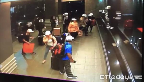 Hình ảnh đầu tiên được cho là nhóm khách Việt nghi bỏ trốn ở Đài Loan: Vào khách sạn chưa đầy 1 tiếng đã xách vali ra - Ảnh 5.