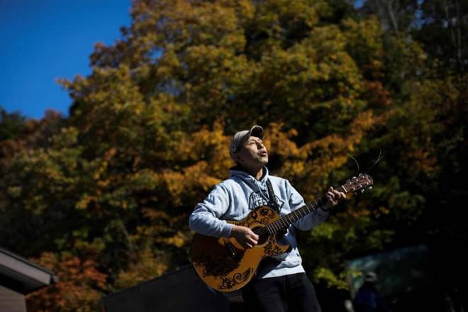 Người canh giữ khu rừng tự sát ở Nhật Bản: Hằng đêm vẫn cất lên tiếng hát để xoa dịu những tâm hồn bị tổn thương - Ảnh 1.