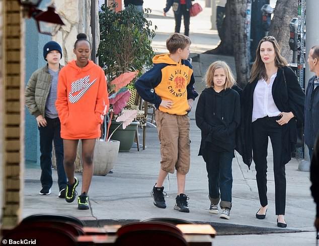Con gái tomboy của Angelina Jolie nổi bật giữa các chị em với đôi chân dài trông như siêu mẫu tương lai - Ảnh 2.