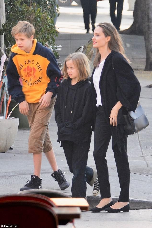 Con gái tomboy của Angelina Jolie nổi bật giữa các chị em với đôi chân dài trông như siêu mẫu tương lai - Ảnh 3.