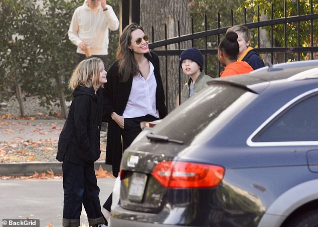 Con gái tomboy của Angelina Jolie nổi bật giữa các chị em với đôi chân dài trông như siêu mẫu tương lai - Ảnh 4.
