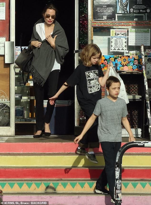Con gái tomboy của Angelina Jolie nổi bật giữa các chị em với đôi chân dài trông như siêu mẫu tương lai - Ảnh 5.