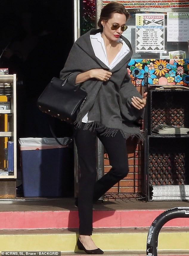 Con gái tomboy của Angelina Jolie nổi bật giữa các chị em với đôi chân dài trông như siêu mẫu tương lai - Ảnh 7.