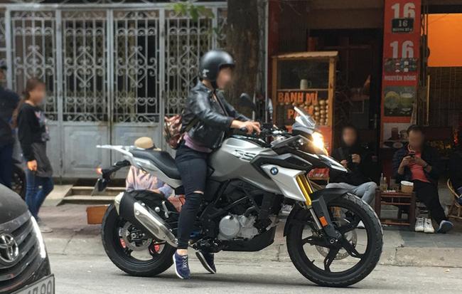 Đam mê xe đẹp nhưng chân quá ngắn, người phụ nữ tạo nên hình ảnh chật vật trên phố đông - Ảnh 3.