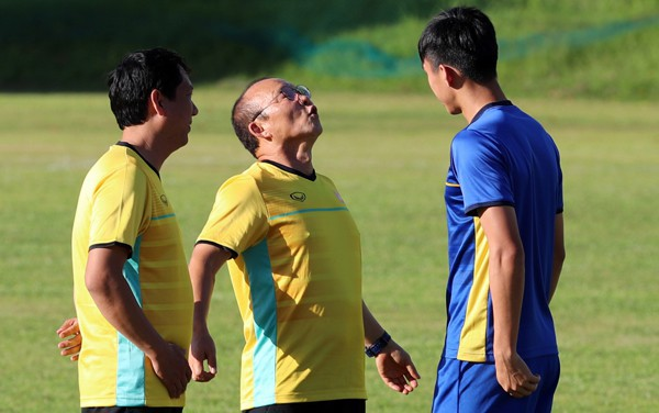 Có một thầy Park Hang-seo hồn nhiên như thế: Rủ các học trò bắn tim chụp ảnh cho xinh - Ảnh 3.