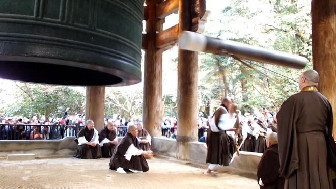 Người Nhật rộn ràng trong ngày làm việc cuối năm, chuẩn bị tiễn năm Chó đón năm mới Lợn rừng - Ảnh 4.