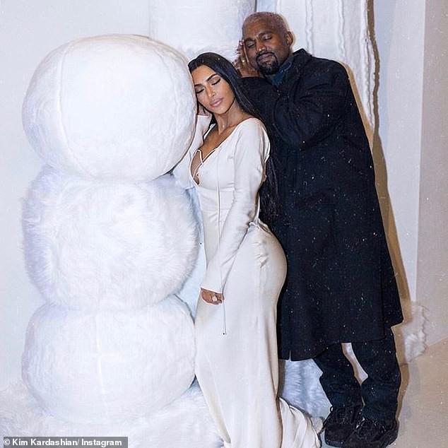 Thần thái rich kid đầy kiêu kỳ, con gái 5 tuổi của Kim Kardashian đẹp lấn át cả mẹ trong loạt ảnh Giáng Sinh - Ảnh 6.