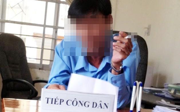 Chánh Thanh tra Sở vừa hút thuốc vừa từ chối đơn khiếu nại: