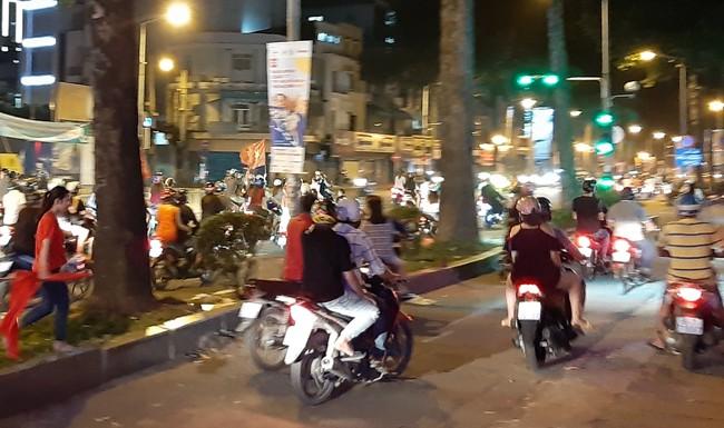 Trắng đêm chặn bão sau trận thắng của đội tuyển Việt Nam trước Philippines - Ảnh 1.