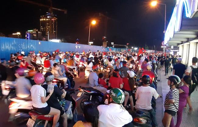 Trắng đêm chặn bão sau trận thắng của đội tuyển Việt Nam trước Philippines - Ảnh 2.