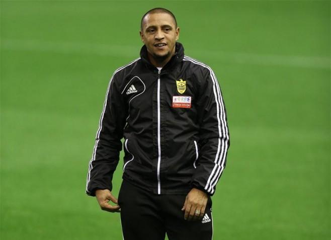 Huyền thoại Roberto Carlos bất ngờ nộp hồ sơ ứng tuyển tại Indonesia - Ảnh 1.