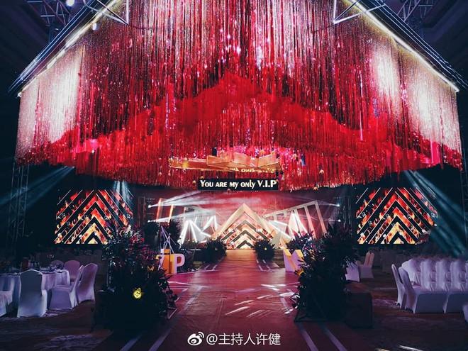 Khi cô dâu và chú rể đều là fan Big Bang: Sân khấu ngập tràn sắc vàng, hoa cưới cũng chính là lightstick - Ảnh 1.