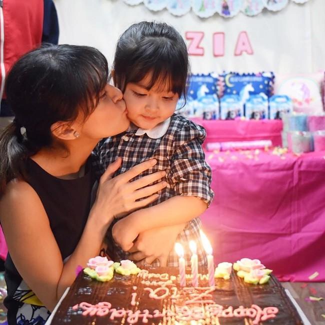 Mới đó mà con gái của mỹ nhân đẹp nhất Philippines đã lớn cỡ này, nhan sắc cô bé khiến nhiều người dự đoán sớm soán ngôi mẹ - Ảnh 4.