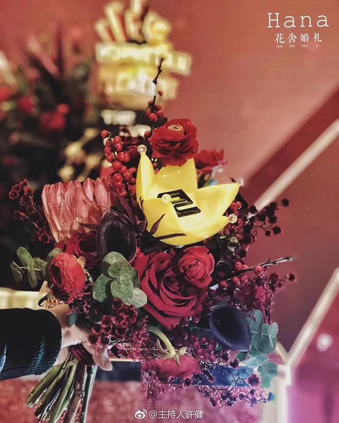 Khi cô dâu và chú rể đều là fan Big Bang: Sân khấu ngập tràn sắc vàng, hoa cưới cũng chính là lightstick - Ảnh 4.
