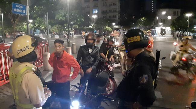 Trắng đêm chặn bão sau trận thắng của đội tuyển Việt Nam trước Philippines - Ảnh 6.