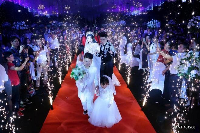 Siêu đám cưới trang trí hết 4 tỷ đồng ở Thái Nguyên: 13 năm bên nhau và niềm hạnh phúc sau bao sóng gió của cô dâu - Ảnh 7.